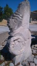C'est encore l'oeuvre d'un tailleur de pierres, au premier carrefour.