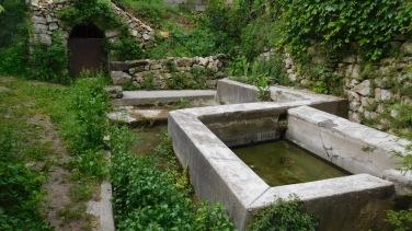 Le vieux lavoir - au siècle passé il y avait deux lavoirs à Saussines, dont un est toujours en activité !