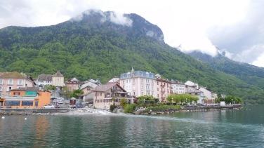 Saint-Gingolph: à gauche de la rivière c'est la Suisse, à droite c'est la France
