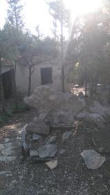 Le mazet de Lebrun, à Congenies. Il est orné d'une multitude de pierres taillées en forme d'animaux.