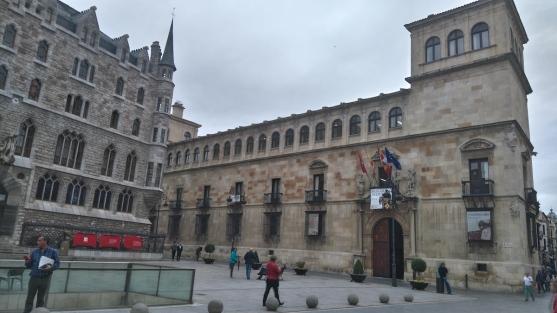 Le Palacio de los Guzmanes et à gauche la Casa Botines qui abrite le Musée Gaudi.