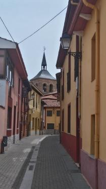 une rue de Mansilla de la Mulas. L'église de Santa Maria au fond