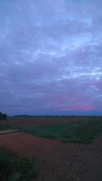 Au lever du jour, le soleil joue avec les nuages