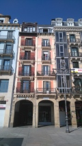 Plaza del Castillo. J'aime ces maisons étroites. Un seul appartement ? Entrée salon au 1er, cuisine salle à manger au second, chambre des enfants au 3ème et celle des parents tout en haut ?