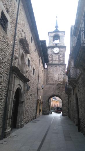 Tour de l'horloge, avec à droite l'ancienne prison royale aujourd'hui musée régional