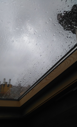 León sous la pluie: vélux dans ma nouvelle chambre (silencieuse) sous les combles.