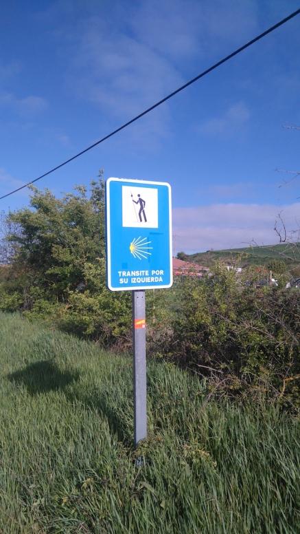 Quand on découvre ce panneau, on sait qu'on va marcher sur le goudron un bon moment...