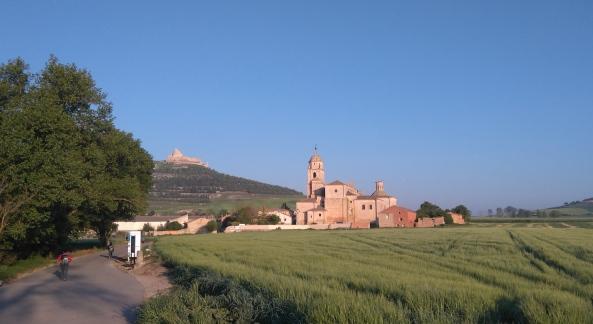 Sta Maria del Manzano, à l'entrée de Castrojeriz. En arrière plan, les ruines du castillo.