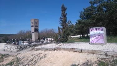 Monument du souvenir. En 2011 une fosse commune a été trouvée à cet endroit. Des personnes fusillées par les troupes de Franco.