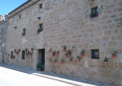 Beaucoup de mur... alors beaucoup de pots de fleurs. Dans Hornillos del Camino.