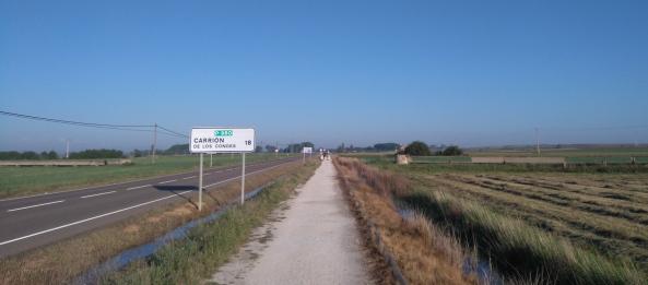 Et on se retrouve sur la route, ou tout près, pour 18 kilomètres presque rectilignes.