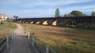 """Au bout de la passerelle, vue sur """"Le pont"""" de Puente de Villarente"""