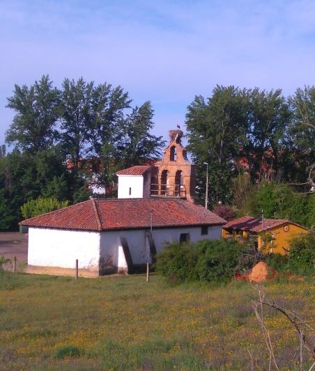 Une chapelle... un nid de cigognes sur le clocher