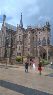 La communiante du jour devant le Palais Gaudi