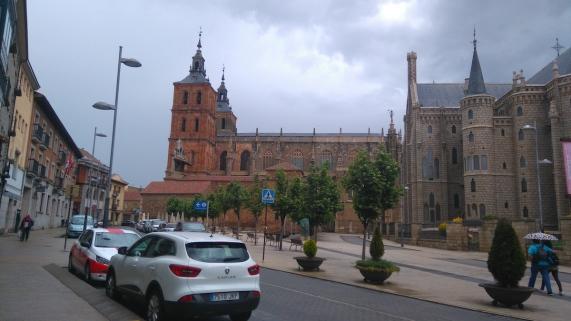 De droite à gauche: le palais Gaudi, la cathédrale, et l'hôtel Gaudi où je dors ce soir (entrée sous les drapeaux)