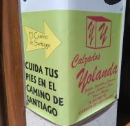 La boutique de chaussures locales, de Yolande, qui s'occupe des pieds des pèlerins !