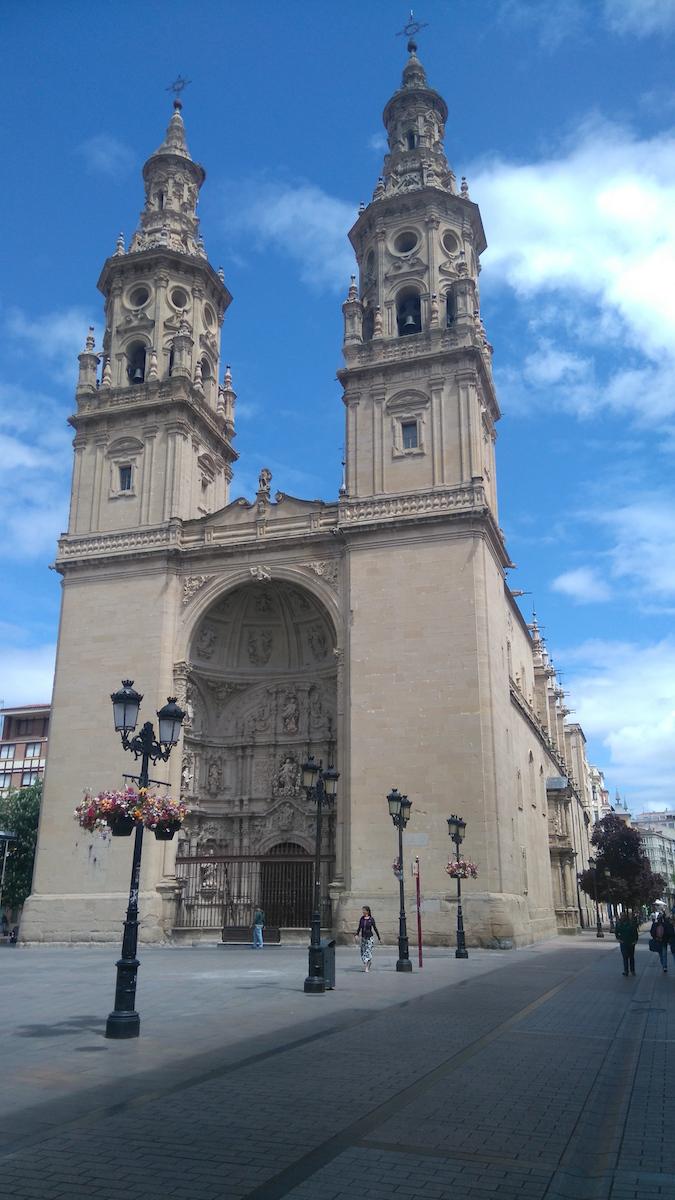 La cathédrale de Logroño. Je loge dans la rue de droite, la calle Portales.