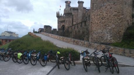 les pèlerins à vélo viennent le visiter