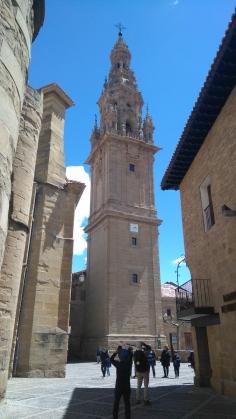 la tour-clocher est séparée du reste de l'édifice