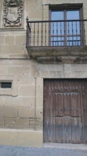 Beaucoup de maisons ont encore leurs vieilles portes à deux battants, un haut (on se dit bonjour mais le chien ne sort pas) et un bas (vous vous tapez la tête, mais le chien, lui, sort sans problème).