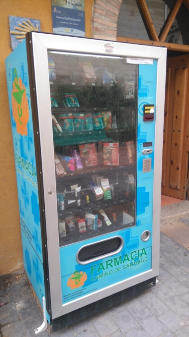 Incroyable pharmacie libre-service pour pèlerins... avec tous les compeed qui vous vont bien. À Redecilla del Camino.