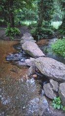 Passage d'une rivière avec des pierres plus étroites que l'écartement entre les roues du chariot