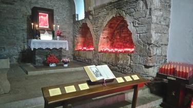 Les deux fioles du miracle sont dans la vitrine au-dessus de l'autel